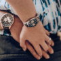 Reloj con esfera negra, elegancia en cada minuto